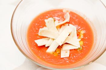 材料をミキサーにかけるだけでできる簡単スープ。トルティーヤと一緒に食べるとアクセントになって美味しいですよ。野菜がたくさん入っているので栄養満点!見た目も涼しげなので暑い季節にはピッタリのレシピです。