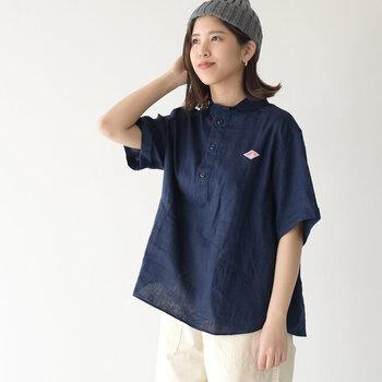フランスの老舗ワークウェアブランド「DANTON(ダントン)」のリネン半袖シャツ。袖の丈感やシルエットにワーク感を出しつつ、小さな丸襟はどこか少女のような慎ましさもあり、可愛らしい。リネンの質感も清涼感があって素敵です。