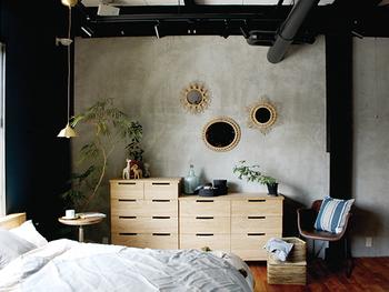 寝室の片隅にしっくりなじむシェルチェア。一体成型で体をすっぽり包むような安⼼感のある座り⼼地も◎。着替えるとき、ちょっと腰掛けたりするのにもいいですね。