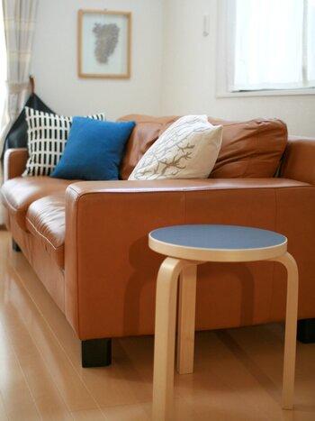 持ち運びに便利なスツールは、ソファのサイドに置き、ちょっとしたテーブルとして使っても便利です。読みかけの本を置いておいたり、メガネの定位置にしても良いかも。