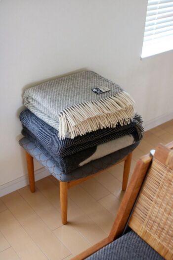 お部屋の一角に置き、よく使うアイテムをそのまま置く台としても活躍してくれます。洗面所ならタオルを置く台に◎。リビングのよく座る椅子の隣に、冬なら膝掛けなどを重ねて置いておけば、ストレスフリーでお部屋でくつろげそう。