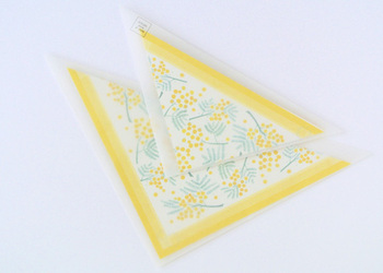 トライアングル型の封筒がユニークなレターセット。便箋は正方形で、可愛らしいミモザの花があしらわれています。開封するときに、ワクワクしそうですね。