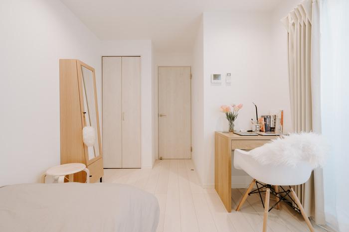 お部屋のクローゼットの近くに置いて、バッグやよく使う小物を置く台にするのも良いかも。