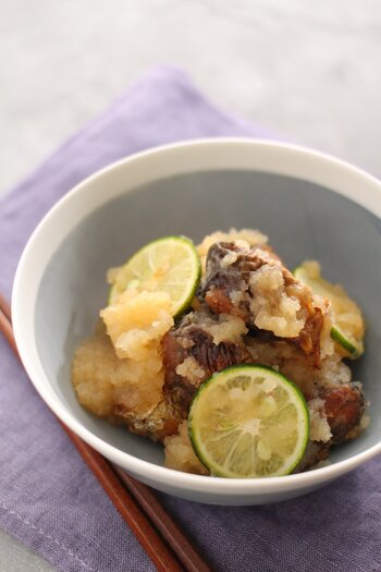 旬の時期がかぶるさんまとすだちは定番の組み合わせです。いつもの焼き魚に飽きたら、さっぱりおろし煮にしてはいかがでしょう。さんまはぶつ切りにして油でじっくり揚げることで骨まで食べられますよ。