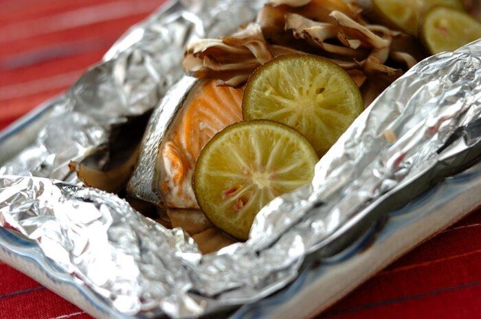 焼き魚や刺身に添えられているだけあって、すだちと魚の相性は抜群。鮭ときのこと一緒にホイルに包んで、すだちの香りを閉じ込めて。すだちを加えることで、いつものホイル焼きをより贅沢な味わいにしてくれます。