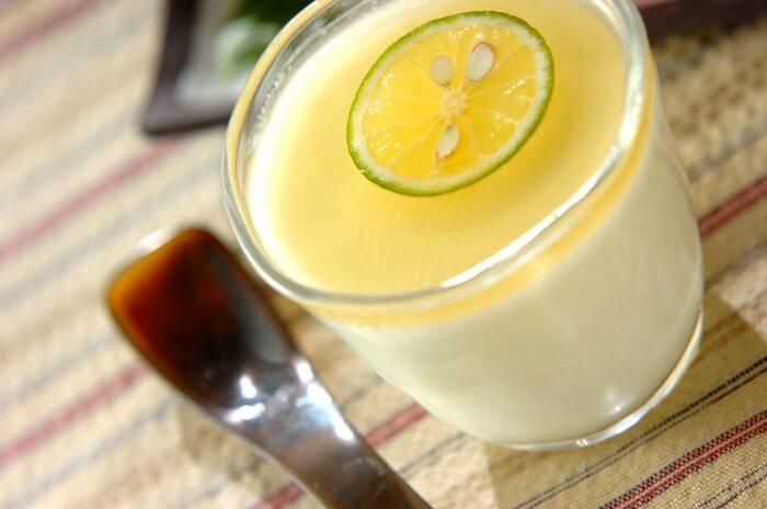 すだちはレモン感覚で、ひんやりデザートにも使いたいですね。ミルクゼリーに、はちみつで作ったすだちシロップをかければ食後にぴったりなデザートの完成。爽やかな香りで涼を感じられそうですね。