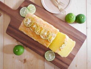 レモンのお菓子はよく見かけますが、すだちのお菓子はあまり見かけませんよね? 同じ柑橘系なので、もちろんすだちもお菓子やデザートにも使えますよ。 こちらのレシピは、小麦粉の代わりに米粉を使ったパウンドケーキ。すだちの皮と果汁が入ったケーキに、すだちの砂糖煮とすだち果汁で作ったアイシングをかけた、すだちづくしのお菓子になっています。