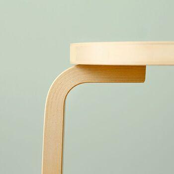 フィンランドの主要な木材「バーチ(樺)」の無垢材を用いて作られているあたたかみのあるStool 60。美しいカーブを描いた脚部は「L-レッグ」という、昔と変わらない特許技術で作られています。