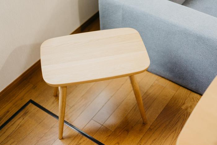 衣服、生活雑貨など約7000品目を扱っている「無印良品」の「オーク材スツール」。日本の職人さん達の熟達した技術から作られる天然木のスツールは、角がなく、丸みを帯びたフォルムが見た目のやわらかさだけでなく、普段さまざまな角度から触れる可能性にも考慮されているので小さなお子様やご年配の方がいるお家でも安心して使えます。