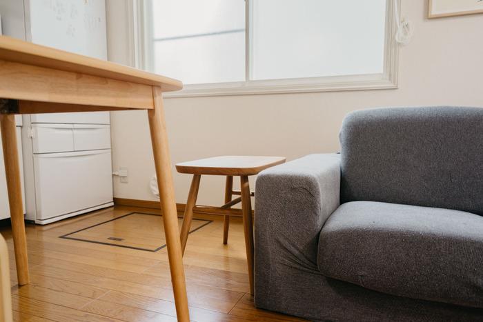 しかも素材も約100年かけて家具材になったホワイトオークを使い、さらに100年後も使い続けられる次の世代に伝えたい、アイテムに仕上がっています。丸脚 幅52.5×奥行34×高さ44cmの座りやすいサイズで、ソファのサイドにもちょうど良い高さなので、幅広い使い方ができます。