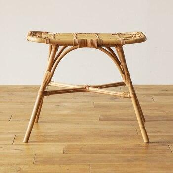 天然素材の「ラタン(籐)」で作られた「JUGLAS:レクトスツール」。ラタンの中でもしなりと粘りがあり、曲げやすい「セガ材」を主に使用し、飾り編みの部分は「アラログ材」使用し、一つ一つインドネシアの職人さんが丁寧に手作りしています。