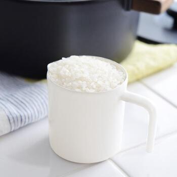 こんなおしゃれなお米の計量カップもあります。ありそうでなかった琺瑯製、そしてシンプルなデザインで、キッチンの上に出しておきたくなります。すり切り1合で計量しやすく、逆L字の持ち手はとても持ちやすく計算されたデザインになっています。またライスカップ以外にもちょっとした水差しにも使えます。