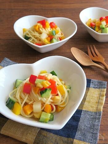 セロリ・パプリカなどの野菜を加えることで、カラフルに仕上げたスパゲティサラダのレシピ。 彩りがきれいなため、お弁当のおかずやホームパーティーの一品としてもおすすめです。レモン汁・酢でさっぱりと味付けしているので、食欲がない日にも◎