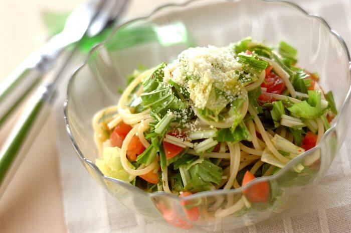 ドレッシングにオレガノを加えることで、アクセントの効いたスパゲティサラダが完成! 具材に水菜やレタスを選べば、トマトとのコントラストが映える一品が完成します。スパゲティサラダ全体にトマトの甘みと酸味を馴染ませるために、あらかじめトマトをドレッシングでマリネしておくのが◎