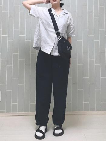 無印良品の開襟シャツにチノパンツ。ノームコアなスタイルにスポーティーなショルダーバッグ&サンダルを合わせて。グレー系のシャツがクールで、モノトーンスタイルをシックに演出しています。