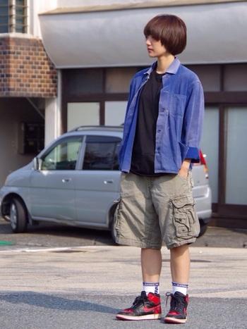 ハーフ丈のカーゴパンツに古着のシャツ。少年のようなスタイルがとてもキュートです。