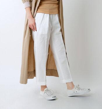キリッとハンサムな印象のセンタープレスパンツ。コットンリネン&くるぶし丈が爽やかで、スタイリングを品良く見せてくれます。