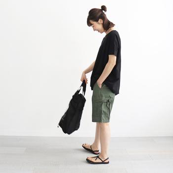 メンズならではの無骨さがかっこいいハーフパンツ。ミリタリーテイストなデザイン&カラーは飽きが来ず、カジュアルなTシャツやブラウスとのバランスも取りやすいので、重宝しますよ。