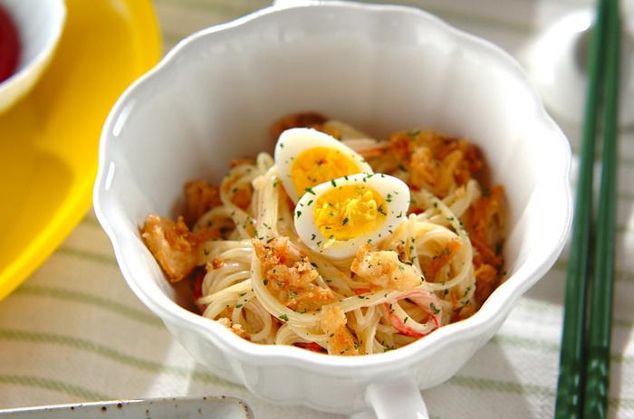 隠し味にカレー粉を入れて、風味豊かに仕上げたレシピ。 うずらの卵とドライパセリをトッピングすることで、見た目もきれいに仕上がります。フライドオニオンをプラスしているため、サクサクと食べ応えのある食感も楽しめます。