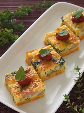 お弁当やホームパーティーの前菜としてもおすすめ♪ 冷凍ほうれん草を使った卵焼きのレシピです。具材には、冷凍ほうれん草に加えて、玉ねぎ・ニンジンを使用して野菜たっぷり。仕上げにトマトソースやケチャップを添えれば、さらに彩りがきれいになります。