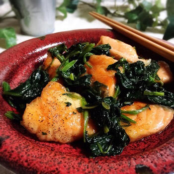 お弁当のおかずにおすすめ!たんぱく質も同時に摂取できる炒め物レシピです。 鮭だけだと寂しいかな…というときに、冷凍保存したほうれん草を加えると、食べ応えも栄養価もアップします。バターやポン酢などの身近な調味料だけで作れるため、気軽にチャレンジできます。