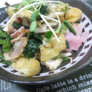 簡単なのに、野菜やきのこ類をしっかりといただける炒め物レシピ。具材をカットして、フライパンで炒めるだけで完成します。ベーコンの塩気が効いているため、味付けはブラックペッパーだけでOK!ご飯はもちろん、パンやパスタとの相性もバッチリです。