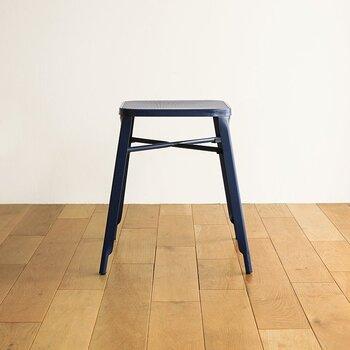 すべてアイアン素材で作られたヴィンテージ感あふれるスツール「Jules(ジュール)」。脚部が下に広がるハの字型で、床に向かって脚回りが細くなっていくスタイリッシュなデザインは、座るのはもちろんのこと、ディスプレイ台としてもお部屋のアクセントになります。