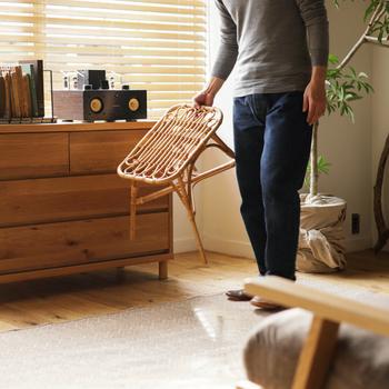 ラタン素材の嬉しい特徴のひとつは、非常に軽いこと。幅 49× 奥行き 39 × 高さ 41.3(cm)で、重さはたったの1.65kgなので、片手でさっと持ち運んだり、屋内から屋外へも気軽に移動できます。