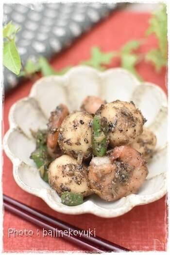 ぷりっとしたエビとねっとりした里芋に、濃厚な黒ごま味噌がよくからみます。黒ごまはアントシアニンも豊富で、栄養価の高い充実のおかずになります。
