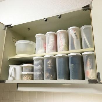 お料理の効率は、調味料をいかにスムーズに出し入れできるかがポイント。 こちらのお宅では、使用頻度の高いものの詰め替えに、中身の見える容器を使っています。  粉物や乾物は湿気を嫌うので、タッパーウエアの製品を愛用しているのだそう。見た目の似ている粉物は、袋ごと入れているため、ラベルを貼らなくても中身が一目瞭然!