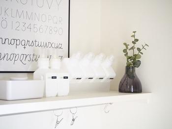 sarasa design storeのボトルと、monotoneの四角いランドリーボトルを使用。 素材や色を揃えれば、メーカーが違っても統一感がでます。  奥のmonotoneのボトルは、取り出しやすいように無印良品のケースに斜めに収納されています。
