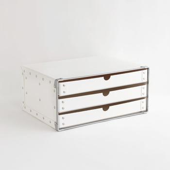 紙で出来たファイバーケースは丈夫で長持ちするように作られた日本製。3段ボックスは引き出しの深さが4cmほどで、中に入れるものが迷子になりにくい。