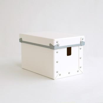 四角い形がどこか可愛らしいこのボックスは、コードを収納するためのアイテムです。ごちゃつきがちな配線をスッキリまとめてくれます。