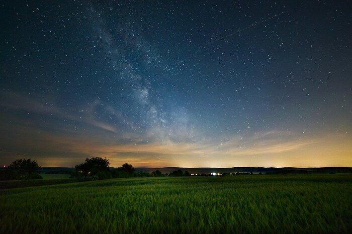 日本では古くから、お盆の一週間前にあたる旧暦7月7日に、巫女である「棚機津女 (たなばたつめ)」が神聖な機織り小屋の中で、農作をもたらす神の衣をを織りながら待つという風習がありました。そこで使われていた機織り機は「棚機(たなばた)」と呼ばれ、精霊棚とともに安置するのが7日の夕方であることから、7日の夕で『七夕』を「たなばた」と読み書きするようになったと言われています。