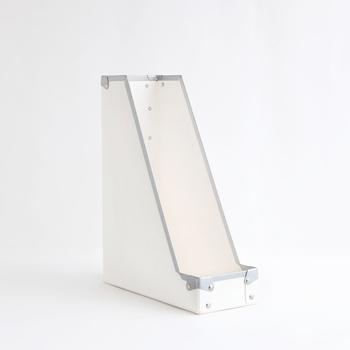 ファイスボックスSは書類が収納しやすい適度な幅があります。手前の立ち上がりは4.5cmほどで、一般的なデザインより低めに作られていて、書類が取り出しやすい。