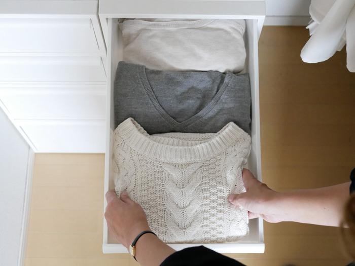 SサイズとMサイズはお洋服などの収納に丁度いい。折りたたんだセーターやシャツがぴったり入る幅で取り出しやすい深さです。引き出しには抜け落ちストッパーが付いていて、奥まで安心して引き出せます。