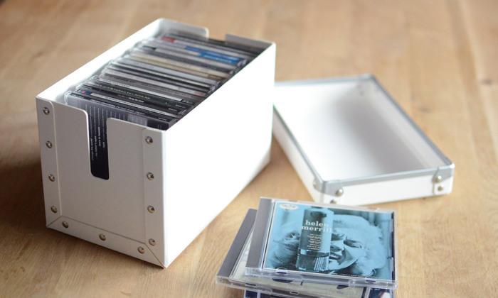 コードの他にも、CDをしまっておくのにもぴったりなサイズです。鋲で留められた丈夫な作りだから、多少重たいものを入れても大丈夫です。