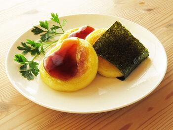 甘くないおやつとして人気のいももち。じゃがいもを片栗粉とこねて、チーズをくるんでフライパンで焼きます。みたらし餡をかけてできあがり。海苔を巻いて磯辺のようにするのも香りがいいです。