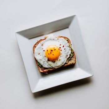 食事は重要なポイントで、中でも朝食は1番意識したいところ。栄養バランスを考えた食事内容だとベストですが、最初から切り替えるのはなかなか大変なのでパン1枚、野菜ジュース1杯からでもOK。朝食をとることで、体内時計を調整できるので自律神経も整いますよ。