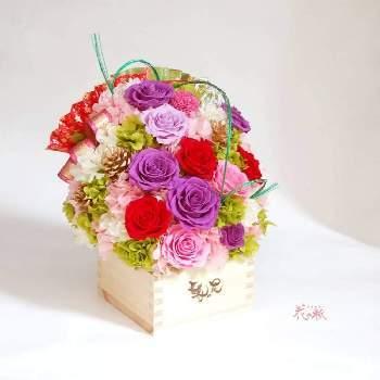 """古希と喜寿には、紫がお祝いの色とされています。紫は気品がある色で周りの色を引き立たせます。枡のアレンジは""""ますますお元気でいて欲しい""""という願いを込められますよ。"""