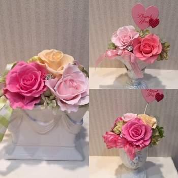 ピンクのバラは温もりと優しさを感じる色です。ピンクでも濃いピンク、薄いピンクが混じると可愛らしさが増して、きれいですね。優しいお母さんに、日頃の感謝を込めて。