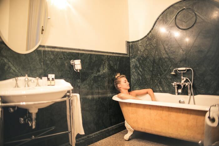 しっかりとお湯に浸かることで、血流が良くなり、リラックス効果を得られます。ただ、熱いお湯に入ってあっという間に終了させてもあまり意味がありません。38度〜40度くらいの温度に10分程度入浴することで、体内が温まります。湯冷めしないうちに入眠準備をすると尚更グッドです。