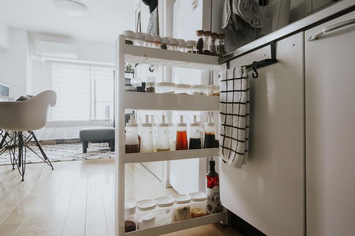 こちらは、モノトーンを基調としたインテリアにこだわっているお宅です。エスニック料理が好きで、自炊の際には、たくさんの調味料を使い分ける必要があるのだとか。  ニトリの隙間収納棚に、100円ショップで揃えた白いフタ×透明のボトルを並べて、見やすく手に取りやすい収納を実現しています。