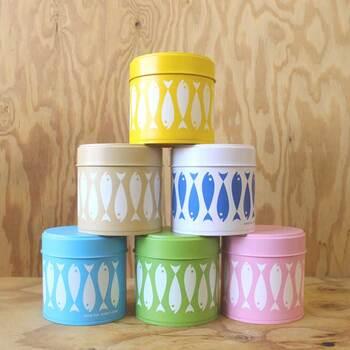 ポップな印象の、クローネのおさかなキャニスターは、とにかくカラフル!キッチン周りを可愛く見せたい方は、色使いやデザインで詰め替えグッズを選ぶのもよいでしょう。  容器の色のイメージに合わせて中身を詰め替えて使い分けできるので、カラフルなグッズは使い勝手もいいんです! コーヒー豆や紅茶、緑茶などを詰め替えてたくさん並べておくだけでも、おうちカフェが楽しくなりそうですね。