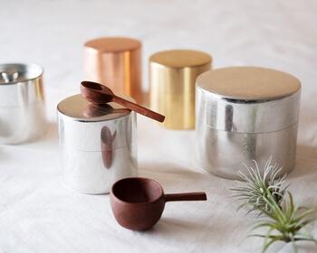 銅・真鍮・ブリキで作られた茶筒。素材の美しさが目を引きますね。  SyuRoの茶筒は、美しくおしゃれに見える形にこだわって作られているのが特徴です。  調味料、香辛料の容れ物にピッタリ。 時間の経過とともに、味が出てくる素材なので、アンティーク小物が好きな方にピッタリの詰め替えアイテムとも言えますね。