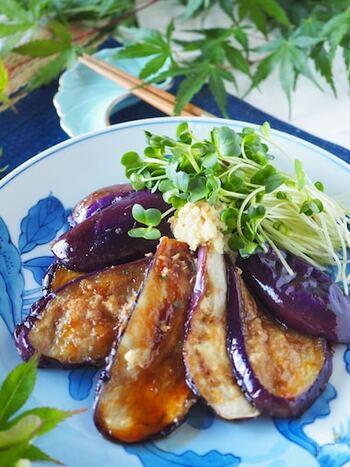 ご飯が進む「とろとろ茄子の生姜焼き」。ポイントは茄子に片栗粉をよくまぶして焼くこと。甘辛いタレが片栗粉によく絡み。茄子も程良く柔らかい食感に仕上がります。もちろん豚肉なども一緒に炒めればボリューム満点のメインにもなります。
