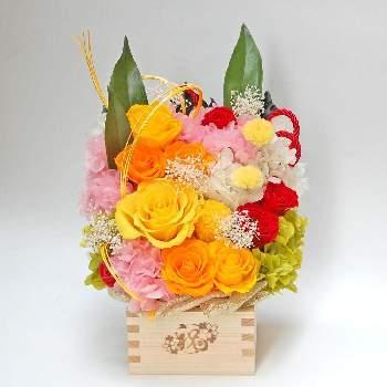 プリザーブドフラワーに使うバラは、花びらを外して一枚一枚張り付けて大きく見せることもできます。さまざまな大きさのバラが重なり合う、世界に1つだけのアレンジは、心を込めて贈りたいときにぴったりですね。