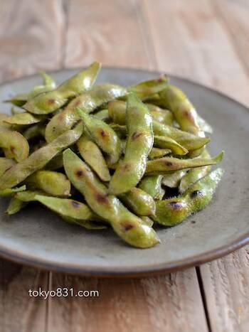 塩茹でした枝豆もシンプルで美味しいですが、焼くことで水分が飛ぶので枝豆の味がギュッと凝縮されたような味わいに。ごま油の香りが食欲をそそります。おつまみに最適な一品ですね。