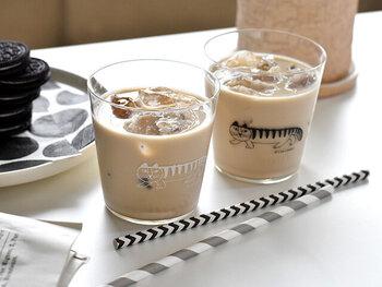 """リサ・ラーソンのキャラクターの中でも、特に人気のねこのマイキーが描かれた""""スケッチグラス""""。薄いグラスは口当たりも良く、ドリンクの味を邪魔しません。シンプルで北欧らしいデザインも魅力の一つです。"""