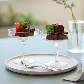 """""""Ripple Champagne Saucers (リップル シャンパングラス)""""は、その名の通りシャンパングラスとしてデザインされたもの。しかし、実は様々な場面で活躍するおすすめのアイテム。"""